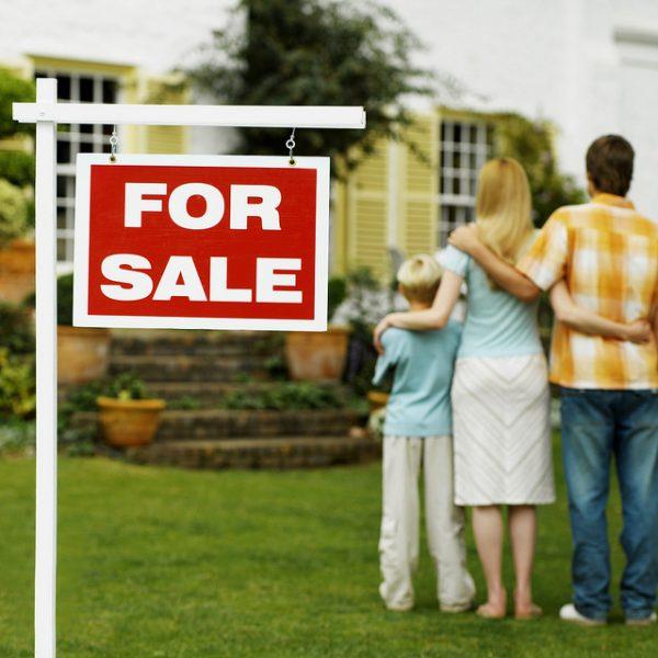 for sale - junge familie verkauft haus