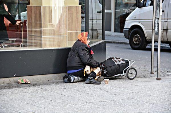 Armut - Alte Obdachlose Frau auf der Straße