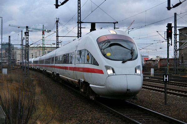Ein ICE-TD der Deutschen Bahn AG im Berliner Ostbahnhof