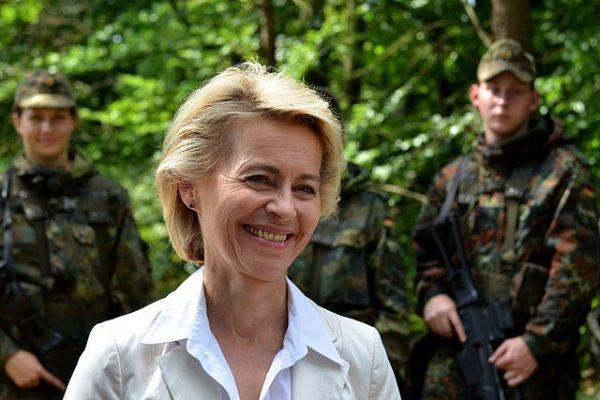 Bundesverteidigungsministerin Ursula von der Leyen (CDU) während ihrer Sommerreise 2014 in der Generalfeldmarschall-Rommel-Kaserne