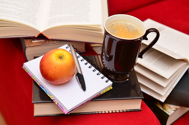 Tasse Kaffee mit Büchern