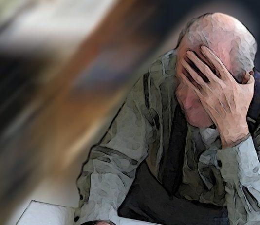 Demenz - Alter Mann fest sich an den Kopf