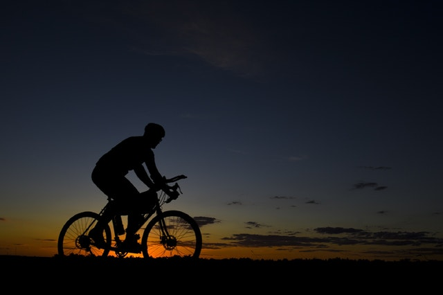 Fahrradfahren mit Sonnenuntergang