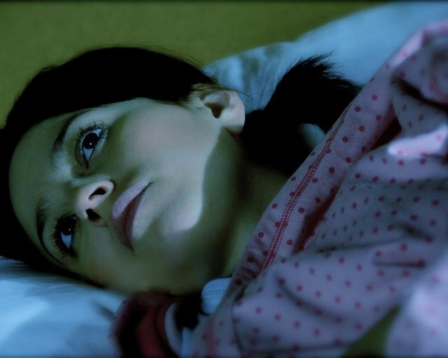 Awake at night - Frau mit Schlafstörungen