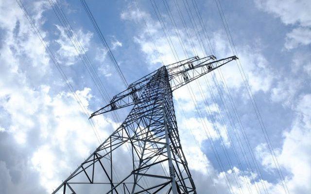 Strommasten mit Elektrosmog sind einer von vielen Energie-Toxine