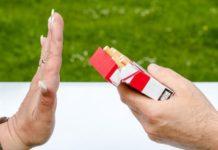 Durch ein neues Glaubenssystem - Hand die eine Zigarette ablehnt