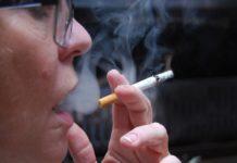 Rauchende Seniorin stillt Ihre Nikotin-Sucht