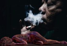 Raucher stillt Tabaksucht und eine ohnmächtige Frau