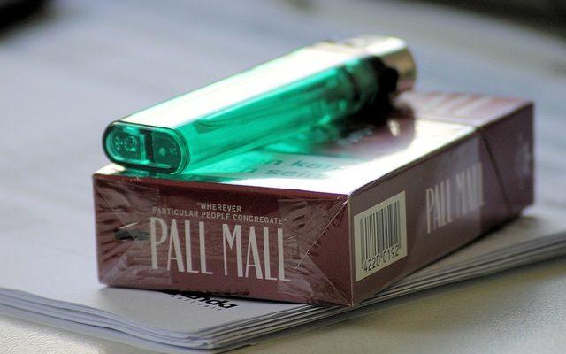 Raucherutensilien wie Zigaretten und Feuerzeug