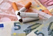 gebrochene Zigaretten auf Geldscheinen