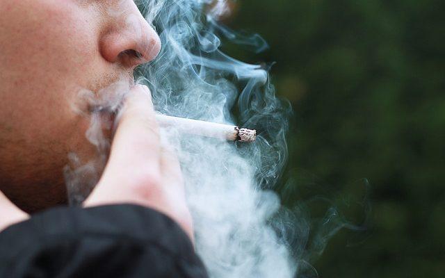 Raucher mit Zigarette in der Hand und Raucherlunge