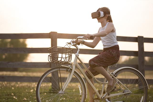 Mädchen mit VR-Brille auf Fahrrad