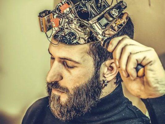 Mechanischer Apparat auf dem Kopf für die Gedanken