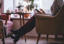 Frau im Cafe mit Handy
