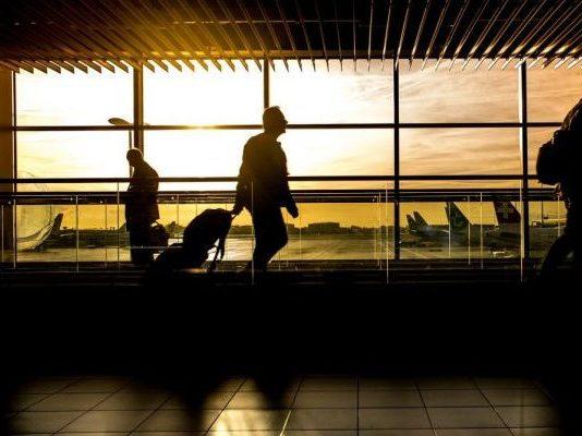 Beim Gate im Flughafen
