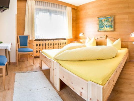 Doppelbettzimmer mit Bett aus Zirbenholz