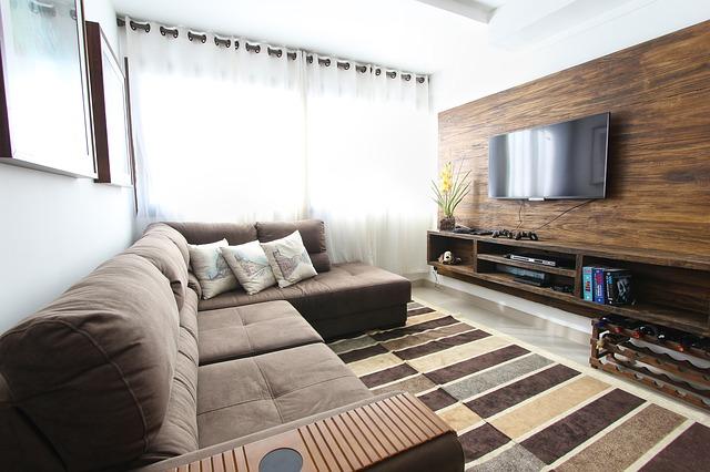 Wohnung mit Flatscreen TV an der Wand