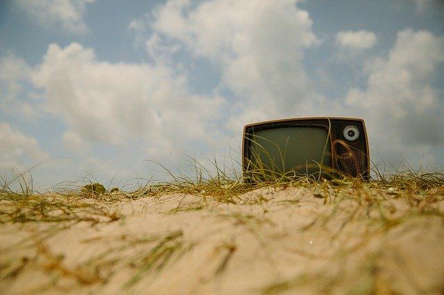 Fernseher im Sand