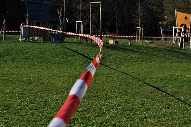 Sportplatz mit Absperrband
