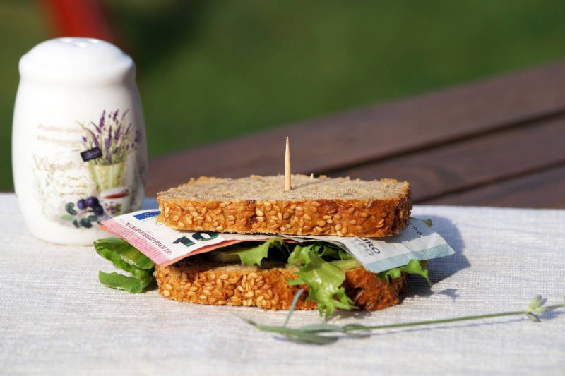Euroschein im Sandwich